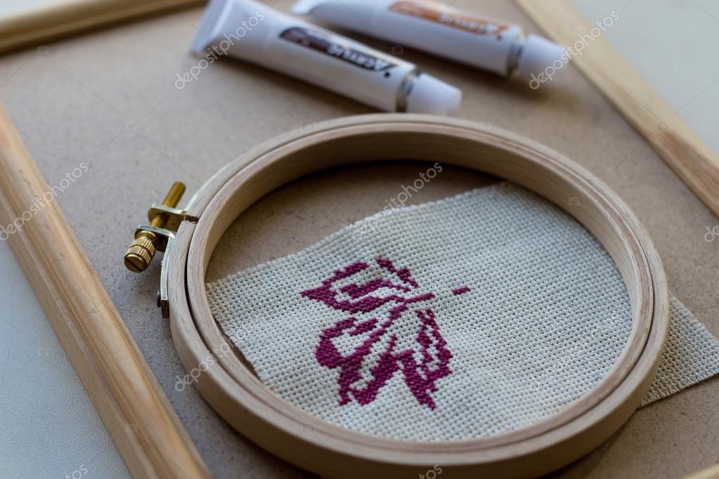 hoja de otoño violeta de punto de Cruz y marco de madera — Fotos de ...