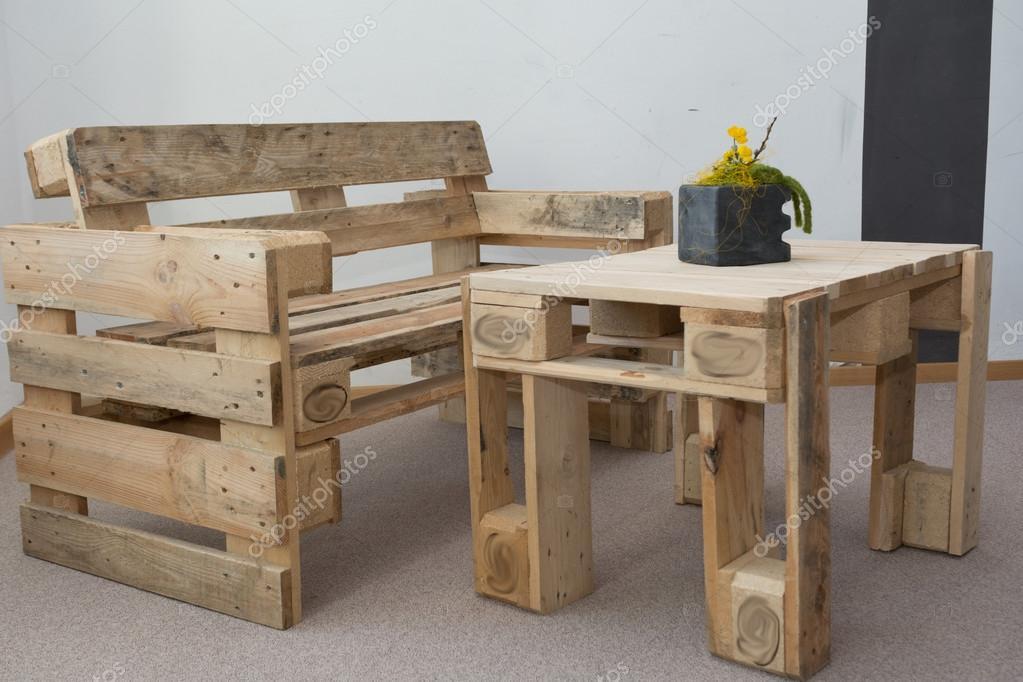 Panca E Tavolo Da Cucina : Robusta panca e tavolo in legno da pallet u foto stock alho