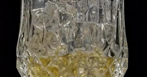 Die Bewegung des Eises in einem Glas, wenn ein Getränk hinein geschüttet wird.