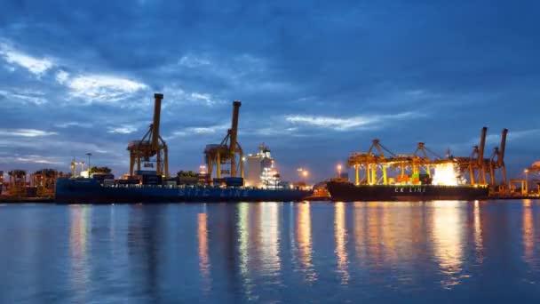 Bangkok, Thajsko - červenec 1, 2016.4k Time-lapse noc na den průmyslové kontejner nákladní nákladní loď s práce most jeřábu v loděnici pro logistické Import/Export