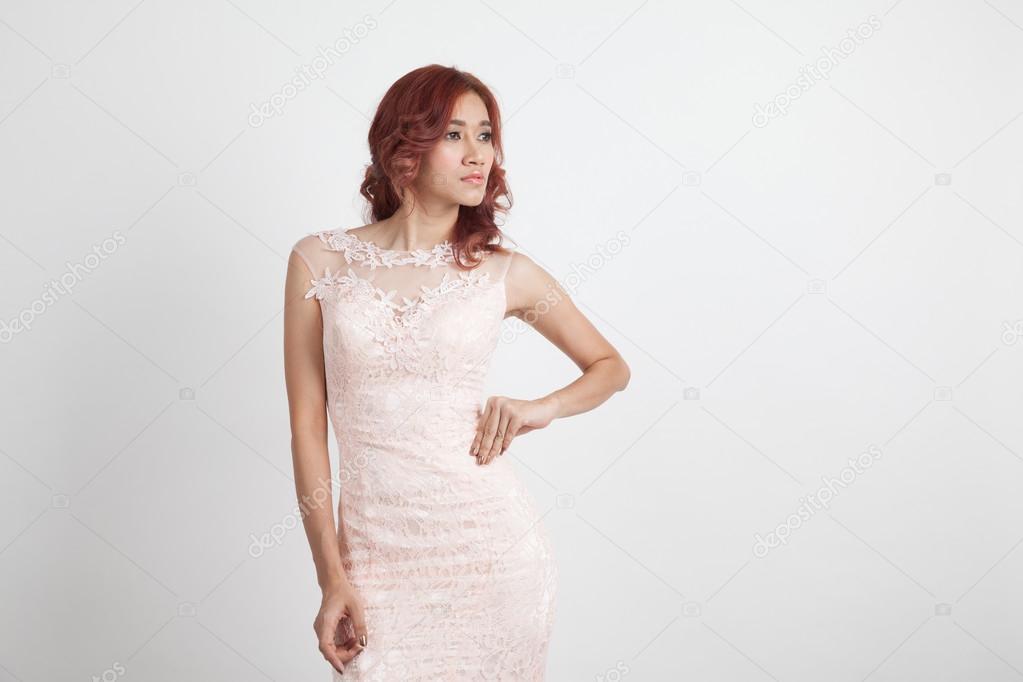 Licht Roze Jurk : Halve portret van een mooi meisje in een licht roze jurk geïsoleerd