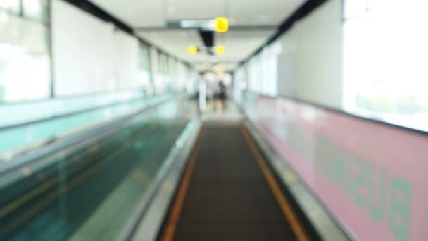 klip pohybujících se na ploché eskalátory
