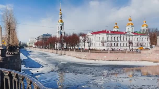 Rusko, Petrohrad, 01. 4. 2021: Kostelní zvonice sv. Mikuláše za jasného slunečného jarního dne, ledový závěj na Kryukově a Griboyedovském průplavu, výhled na sedm mostů od nábřeží