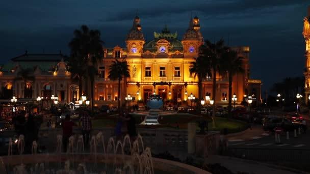 Monaco, Monte-Carlo, 04.09.2015: kasino Monte-Carlo v noci, hotel de Paris, noční osvětlení, luxusní auta, hráči, turisté, fontána, café de paris, dlouhé expozice, v létě