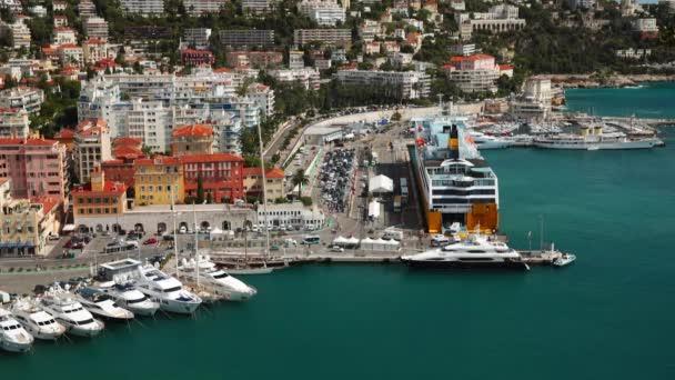 FRANCIE, NICE, 15.09.2015: Pěkný přístav, Korsika trajekt, luxusní jachty, cote dazur