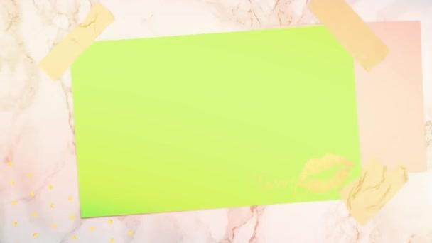 Fehér keret zöld háttérrel.