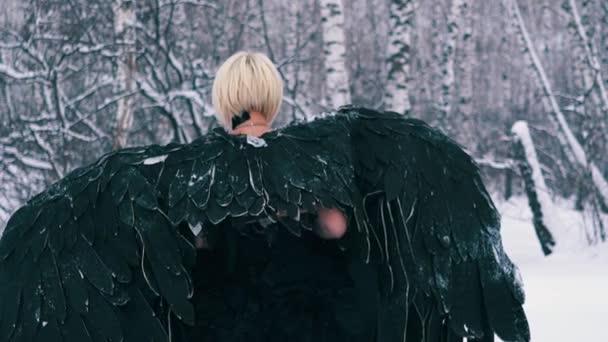színésznő csodálatos főnix ruha sétál végig téli erdő