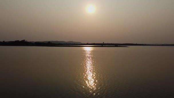 Reservoir bei Sonnenuntergang, Sonnenlicht reflektiert das Wasser.