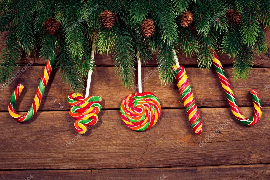 adornos navideos en madera con caramelos u fotos de stock