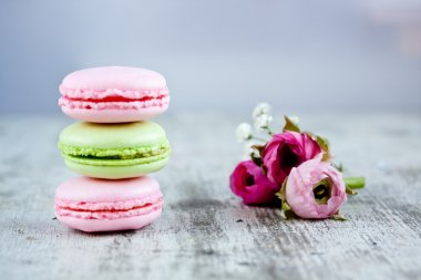 Colorful macaroons and roses