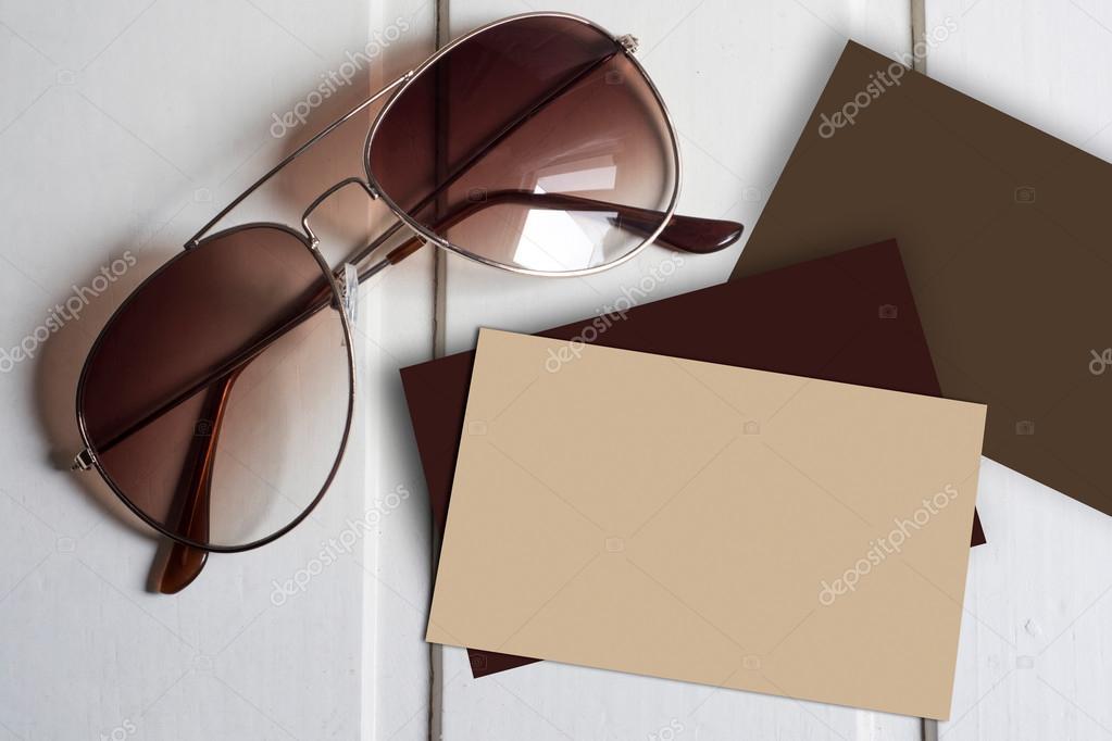 Авіатор сонцезахисні окуляри з порожнім коричневий візитні картки — Фото  від saquizeta 7d5dba5031219