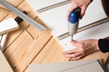 Assembling furniture from chipboard, using a cordless screwdrive