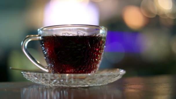 Černý čaj se vaří s teplou vodou v glass cup