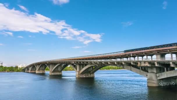 Vlak metrem jede přes metro, Kyjev, Ukrajina. Metro a metro most a krásné nebe