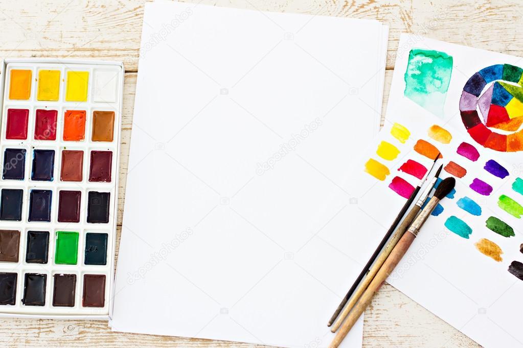 Arbeitsplatz-Künstler - Papier, Farbe, Pinsel, Farbrad — Stockfoto ...