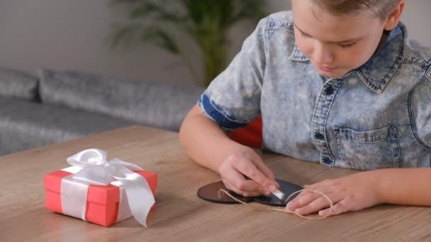 Chlapec píše, že tě miluju na tabuli. Koncept Den matek nebo Valentýna.