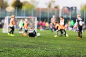 Rozmazané děti hrají fotbal
