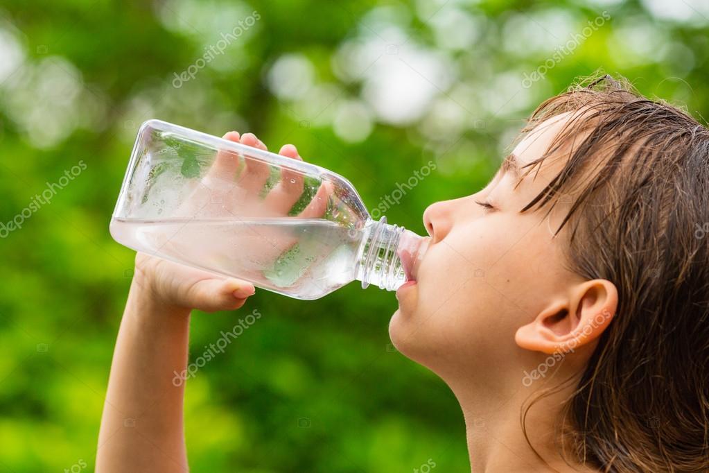 Ni a bebiendo agua limpia del grifo de la botella de - Grifos de cristal ...