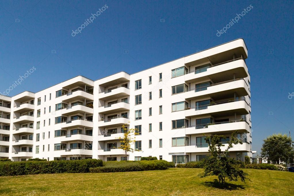 Edificio residenziale contemporaneo foto stock bigandt for Piani di costruzione di edifici residenziali in metallo