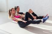 Fotografie Seitenansicht der Dehnung bei Yoga-Kurs im Fitness-Studio Gruppe junge sportliche Frauen tun Übung Bauch knirscht der Turnhalle Zentrum Sport, Training und lifestyle