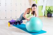 Přizpůsobit žena, která dělá push up