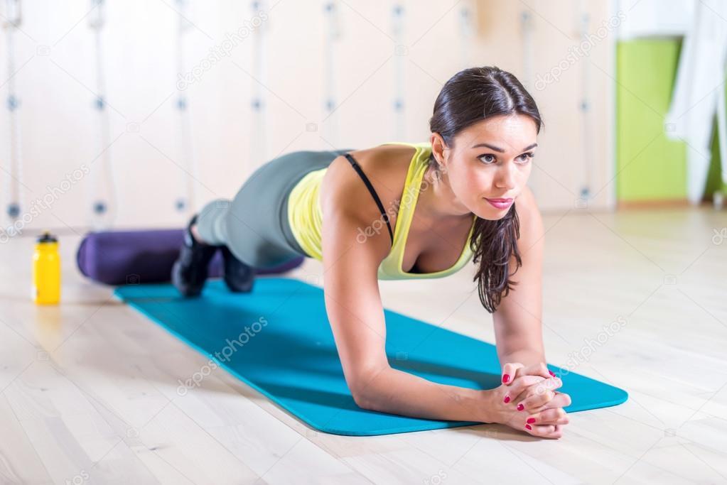 Mujer haciendo ejercicio tabla de gimnasio foto de stock for Gimnasio las tablas