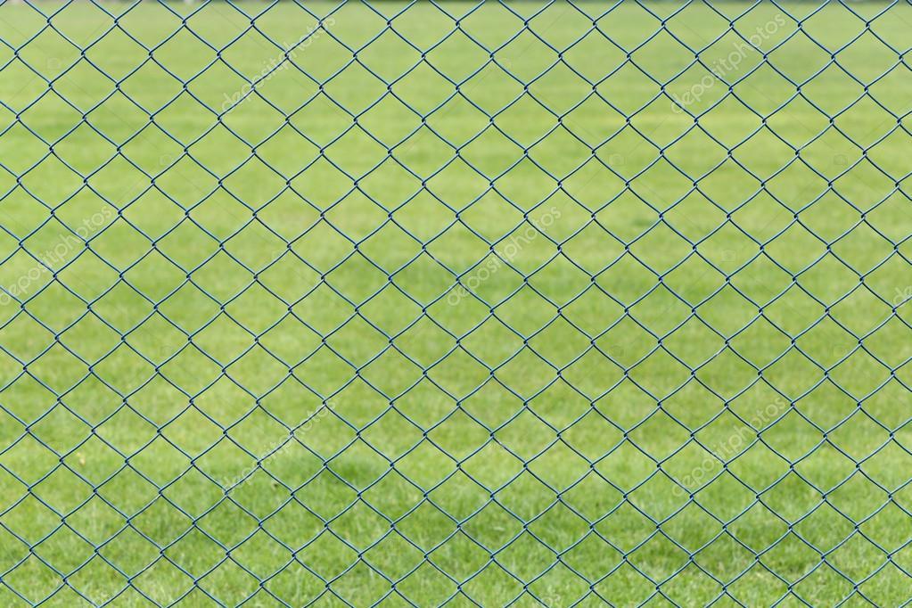 Drahtgeflecht oder Stahl-Käfig der grünen Rasen im Garten ...