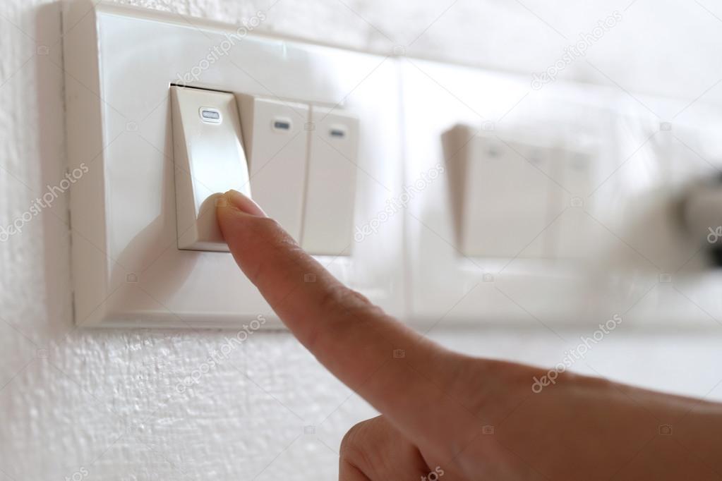 Finger sind aus Lichtschalter im Haus — Stockfoto © meepoohyaphoto ...