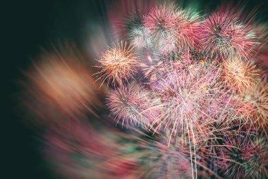 Siyah arka planda renkli havai fişek bulanıklığı, yeni yıl konseptinde havai fişek festivali.