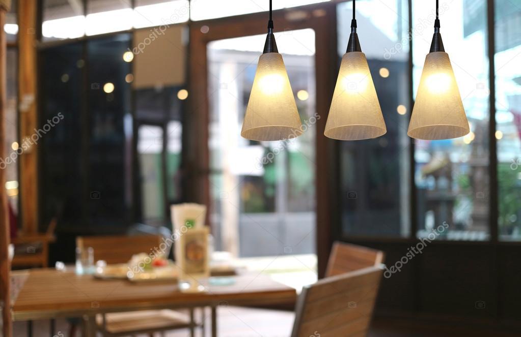 Warme verlichting moderne plafond lampen in het café u stockfoto