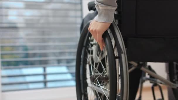 Mann im Rollstuhl zu Hause