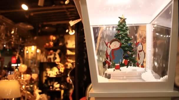 Animatronická rotující vánoční ozdoba v klasickém a tradičním stylu vystavená na trhu Pratunam v Bangkoku v Thajsku