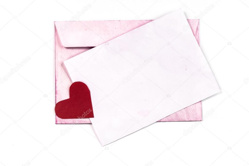 Sobre vintage abierto aislado con páginas color de rosa y corazón ...