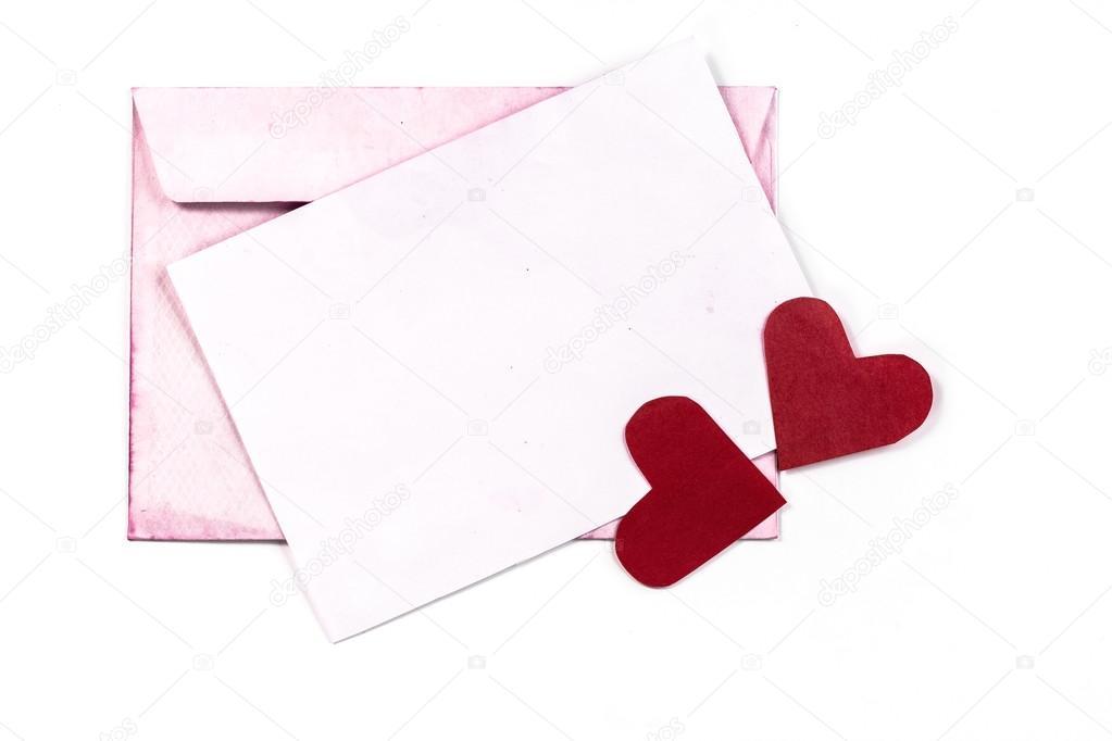 Sobre vintage abierto aislado con páginas de color rosa y corazones ...