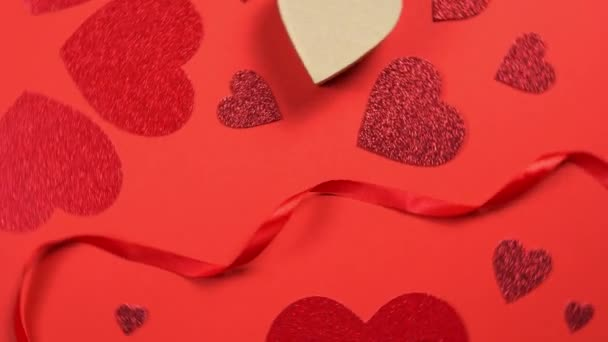 Valentýn pozadí 360 stupňů rotace. Lesklé srdce se otáčelo na červeném pozadí. Pojmy láska symbol, dárky, slavnostní a blahopřání.