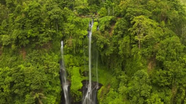 Sekumpul vodopád na Bali obklopený tropickým lesem. Letecký pohled 4K