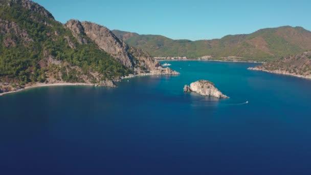 Türkiye 'nin Marmaris yakınlarındaki Icmeler kentinde Ege Denizi üzerinde panoramik hava manzarası.