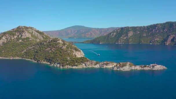 Mugla ilinin Icmeler ilçesinin Ege kıyısındaki dağların manzarası. Hava görüntüsü 4K.