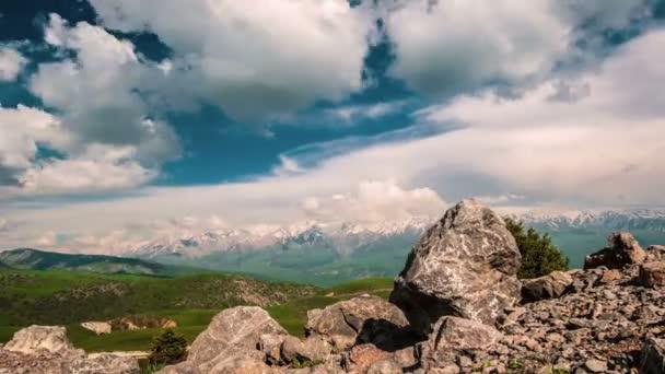 Gyönyörű felhők hegyek felett