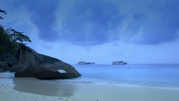 Lodě na moři při východu slunce