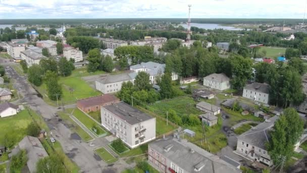 Repülni egy orosz falu felett egy drónon..