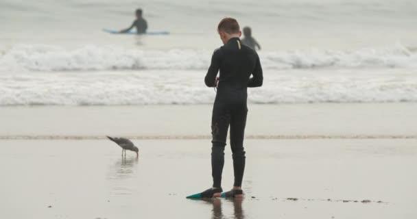 November 2020. Junger Taucher läuft in Schwimmflossen ins offene Wasser