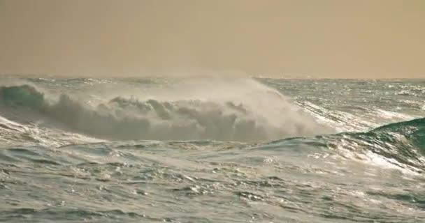 Oceánské vlny valící se na pláži pobřeží Nacistů při západu slunce, Portugalsko