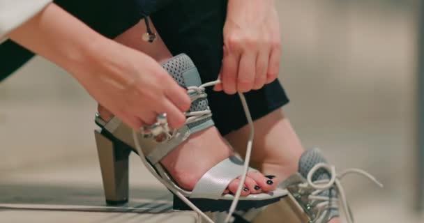 Close up model ruční vázání tkaničky na stylové módní značkové boty záběry