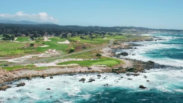 Kalifornská příroda, USA. Kinematografické záběry malebného golfového hřiště na skalnaté pláži