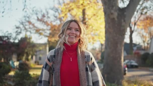 Portré boldog szőke nő sétál a gyönyörű őszi parkban, 4K lombozat