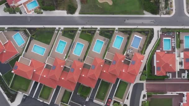 Luftaufnahme über Luxus-Ferienhäuser mit Swimmingpools und grünen Rasenflächen
