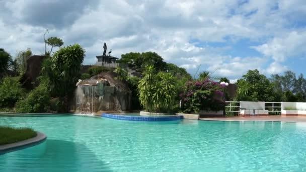 Bazén s fontánou v tropických místo