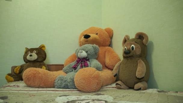 Medvědi se posadit na postel dětské
