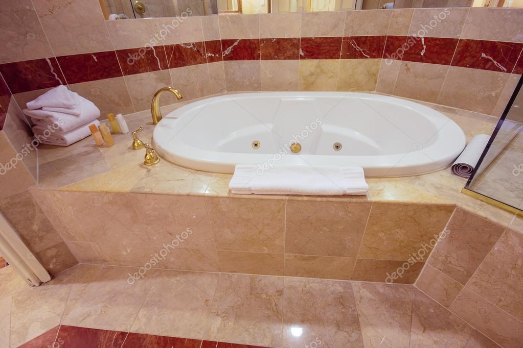 Vasca Da Bagno Jacuzzi : Vasca da bagno jacuzzi bianca decorata con piastrelle in marmo